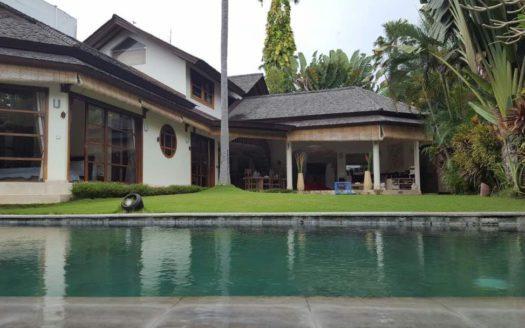 Pool and house exterior view - Villa Mayana